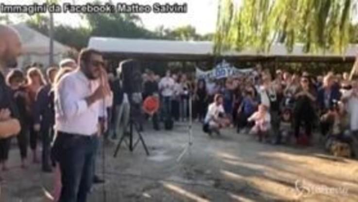 """Salvini ai fan: """"Non tolgo gli occhiali da sole perché ho l'orzaiolo"""""""