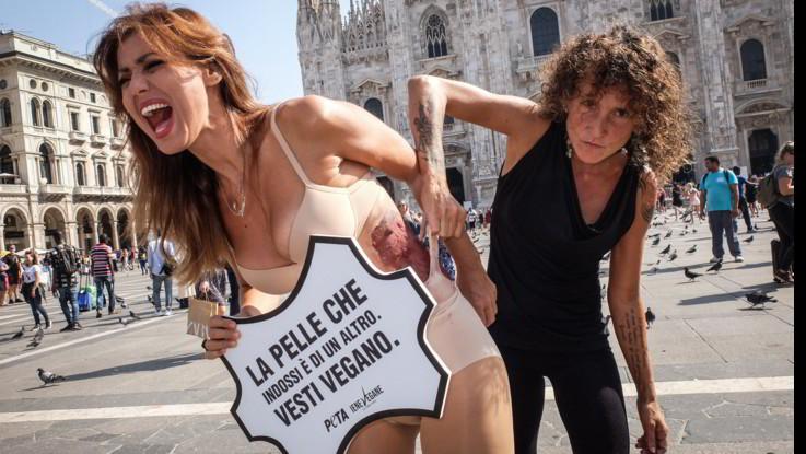 Milano Fashion Week , flash mob Peta in piazza Duomo contro la pelle nella moda