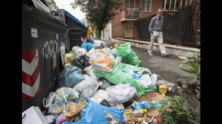Roma, è di nuovo emergenza rifiuti - FOTOGALLERY