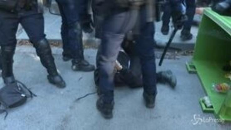 Parigi: tensione alla nuova protesta dei gilet gialli, scontri e arresti