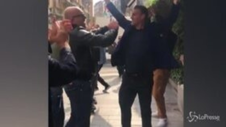 """VIRALPRESSE - Vieri sfila sul marciapiede e chiude la """"Bobo Milan Fashion week"""""""