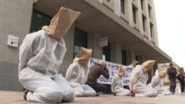 Clima, attivisti protestano davanti a Credit Suisse per i finanziamenti all'energia fossile
