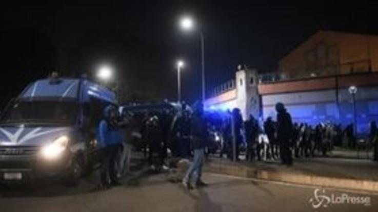 Milano, corteo anarchici per chiedere scarcerazione di Vincenzo Vecchi