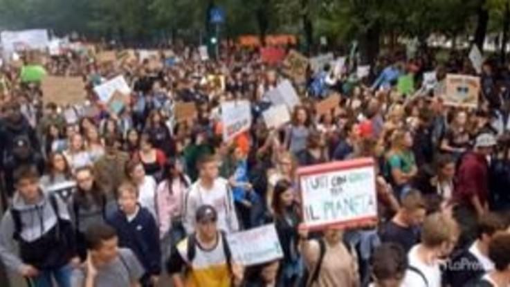Fridays For Future, a Milano migliaia di studenti manifestano per il clima