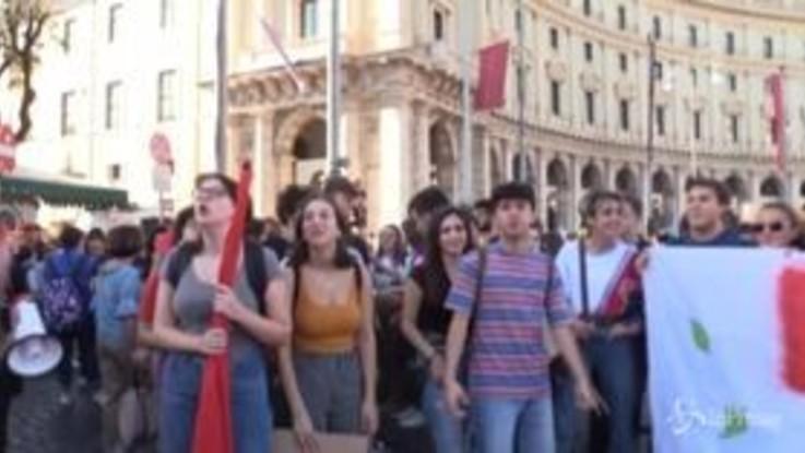 """Fridays For Future, gli studenti romani: """"Non saltiamo scuola, lottiamo per il futuro"""""""