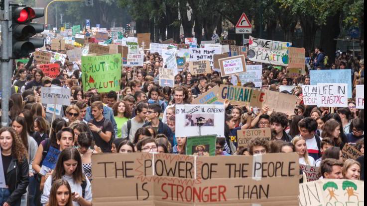 Clima, migliaia in piazza in tutta Italia. A Milano Sala in corteo con i ragazzi