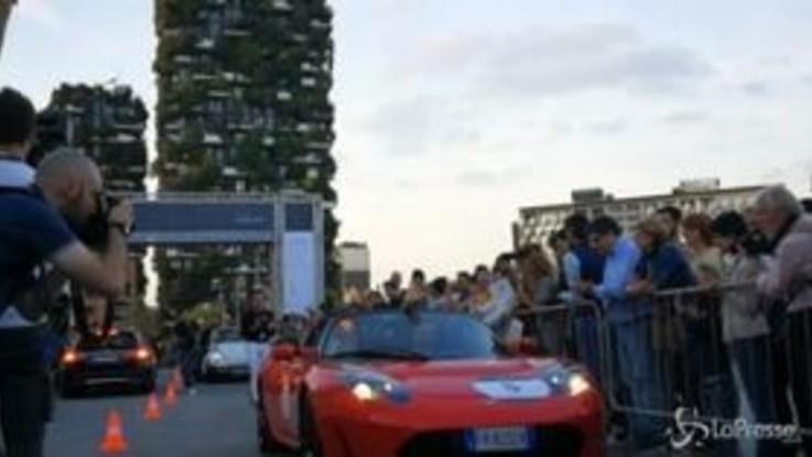 Mille Miglia Green, le auto sfilano in piazza Gae Aulenti a Milano