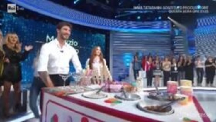 'Domenica In', De Martino: lo show in studio con il carretto dei gelati