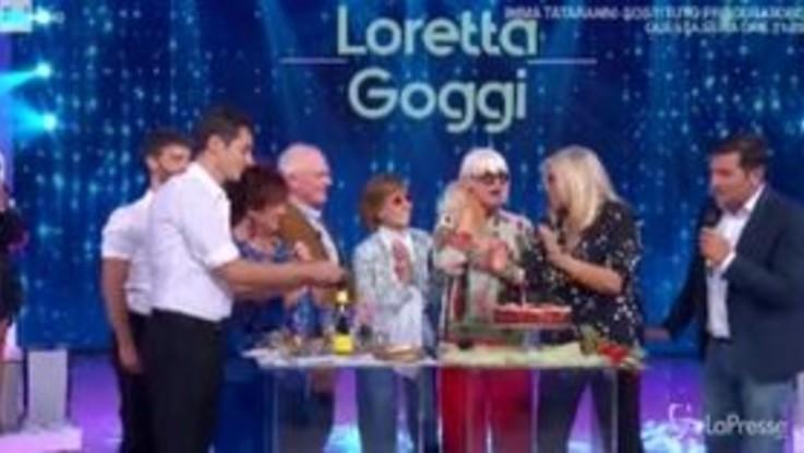 Torta di compleanno per Loretta Goggi a 'Domenica In'