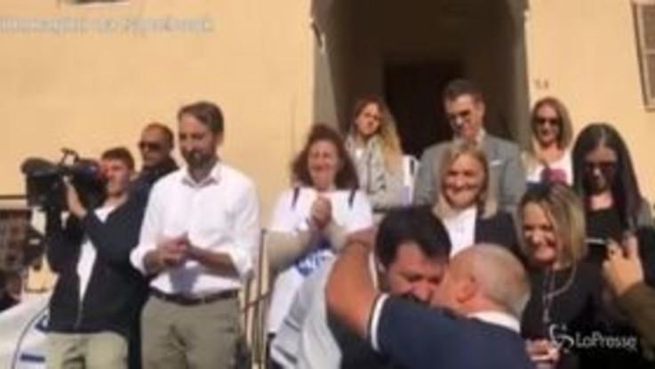 """Salvini in comizio bacia Luigi ex comunista passato alla Lega ma si indigna quando rivela:""""Sono interista"""""""