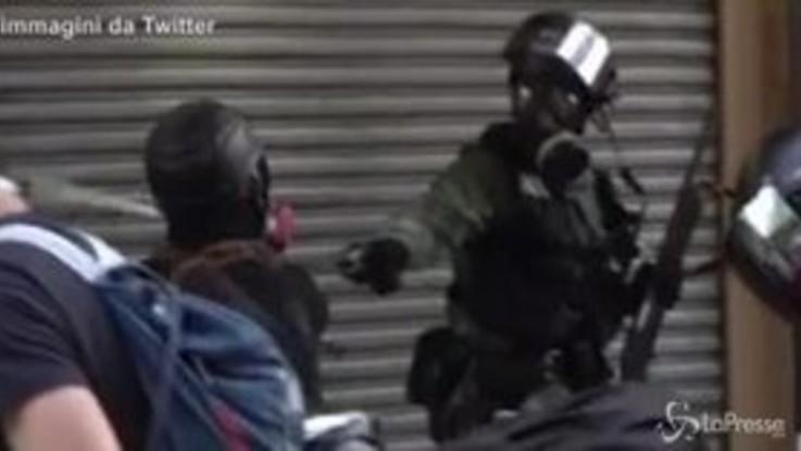 Manifestante colpito ad Hong Kong: il momento dello sparo