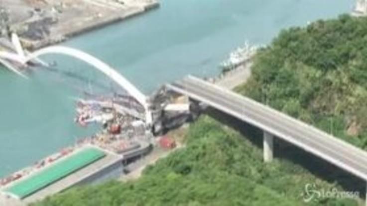 Taiwan, crolla un ponte: 14 feriti e diversi dispersi