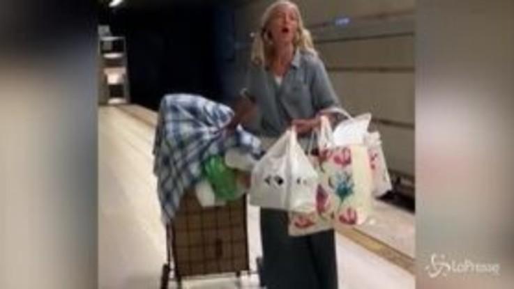 Senzatetto intona un'aria di Puccini nella metro di Los Angeles: la perfomance diventa virale