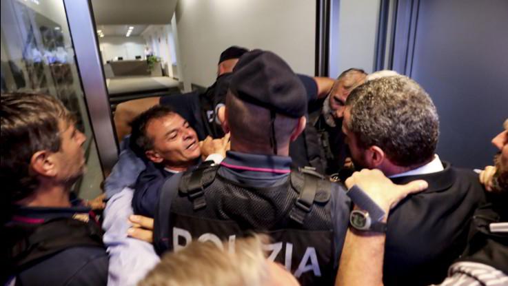 Roma, Stefano Fassina ferito durante una protesta alla sede di Metropolitane