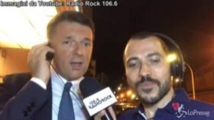 """Matteo Renzi canta """"Rimmel"""" di De Gregori e la dedica a Nicola Zingaretti"""