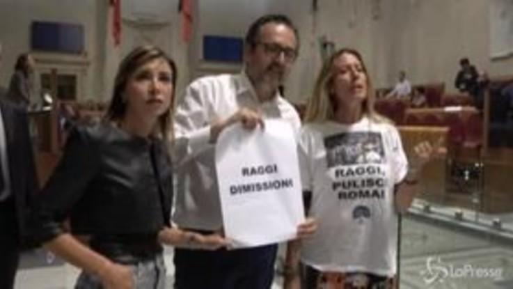 """Roma, contestazione a sindaca Raggi all'Assemblea Capitolina: """"Dimettiti"""""""