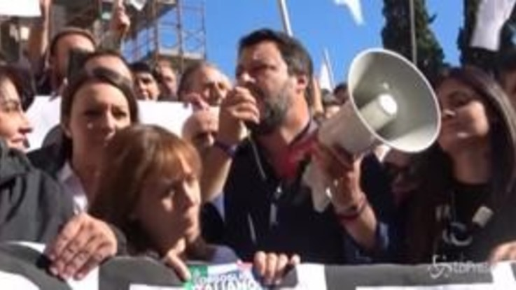"""Sit-in in Campidoglio, l'urlo della Lega contro Virginia Raggi: """"Dimettiti"""""""