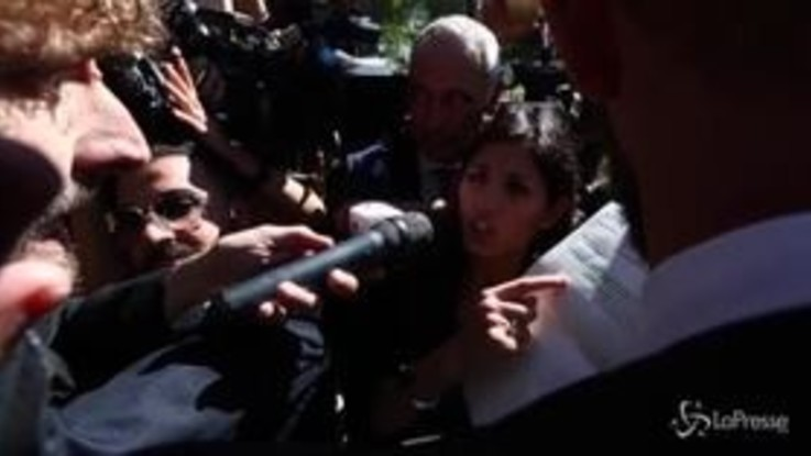"""Rifiuti, Raggi sotto assedio dei giornalisti mentre la folla urla """"Dimissioni"""""""