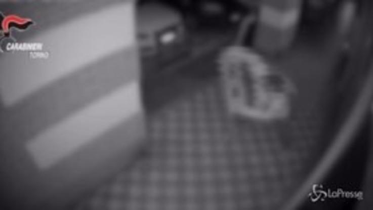 Torino, sfondava vetrine dei negozi con mattone: arrestato ladro seriale