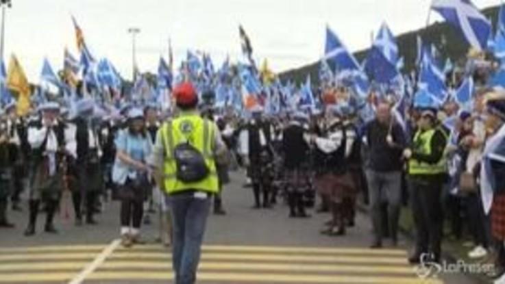 Cornamuse e bandiere della Scozia, a Edimburgo in piazza migliaia di indipendentisti