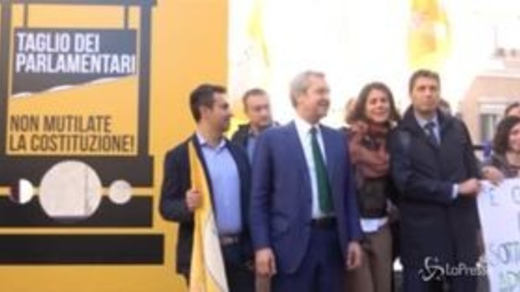 """Taglio parlamentari, la protesta di + Europa davanti a Montecitorio: """"Ghigliottina sulla Costituzione"""""""