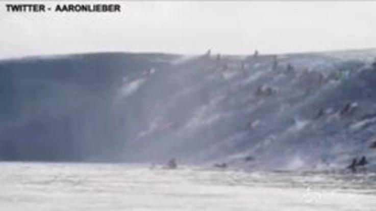 Tahiti, decine di surfisti tentano di cavalcare un'onda gigantesca