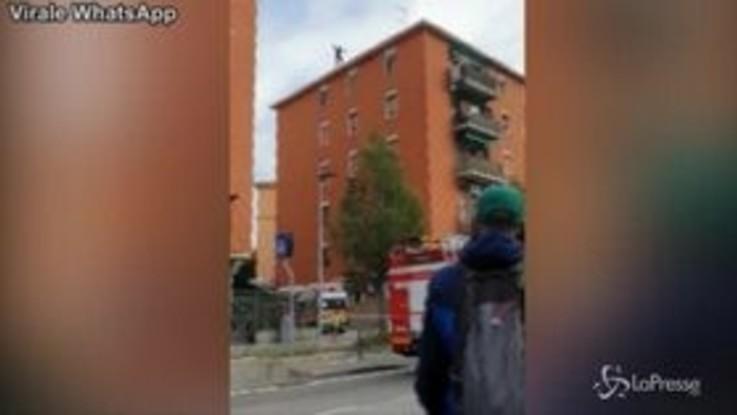 Bologna, cade dal tetto di un palazzo su un'ambulanza: salvo per miracolo