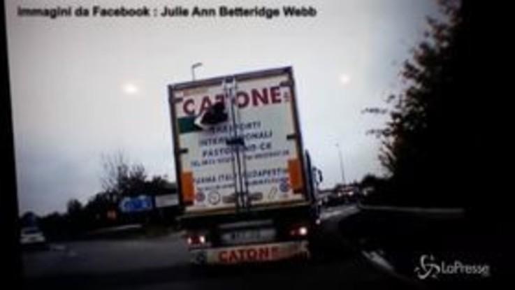 Gran Bretagna: immigrato nascosto su tir prova a sfondare il portellone per cercare la libertà