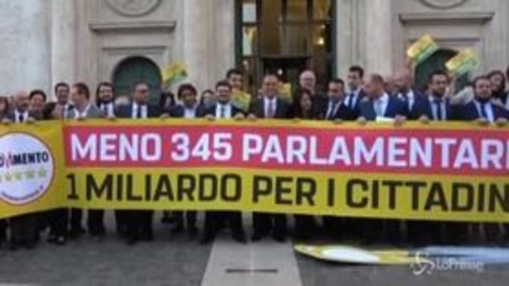 Taglio parlamentari, flash mob a Montecitorio del M5s