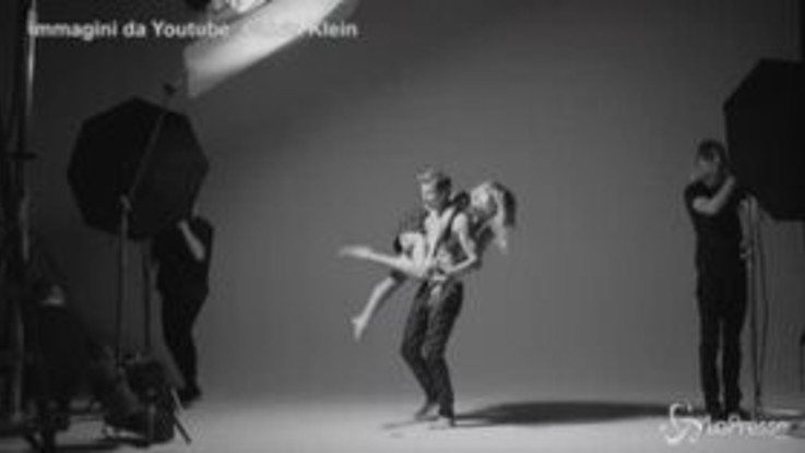 Esibizione hot di Justin Biebier e della sua Hailey nel video promo per i 50 anni di Calvin Klein