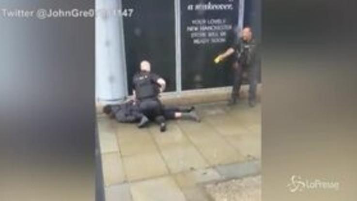 Accoltella cinque persone in un centro commerciale di Manchester: fermato presunto aggressore