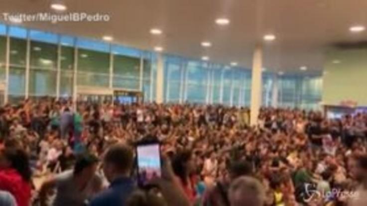 Condanne leader catalani, manifestanti in aeroporto a Barcellona cantano 'Bella Ciao'