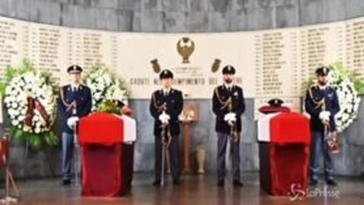 Trieste, migliaia di persone alla camera ardente per poliziotti uccisi