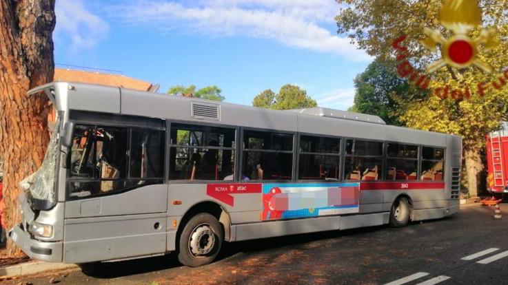 Incidenti di bus urbani a Roma e a Milano: feriti in entrambe le città