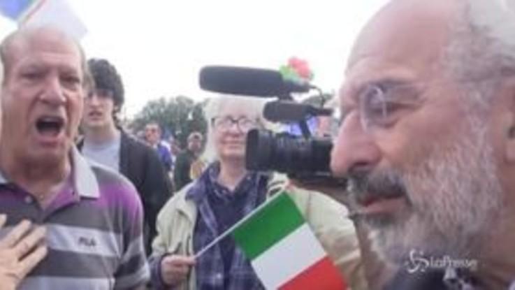 Urla e insulti a Gad Lerner, cacciato da manifestanti del centrodestra
