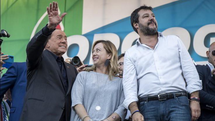 Centrodestra in piazza contro il governo, Berlusconi incorona Salvini leader