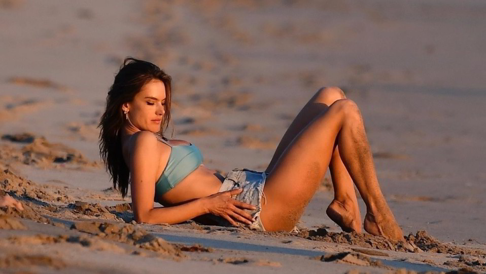 Alessandra Ambrosio si rilassa in spiaggia: il look è perfetto   FOTOGALLERY