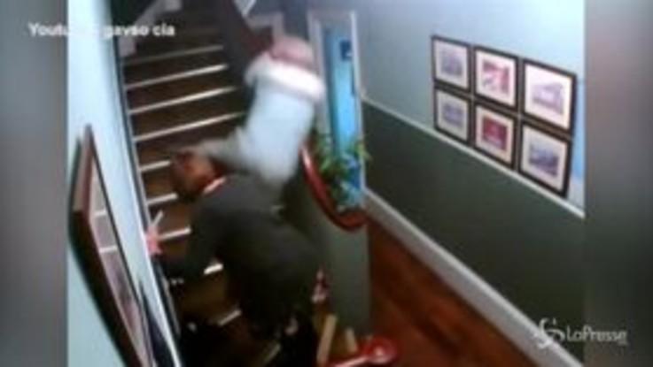 Troppo ubriachi per salire le scale: l'esilarante disavventura di una coppia irlandese