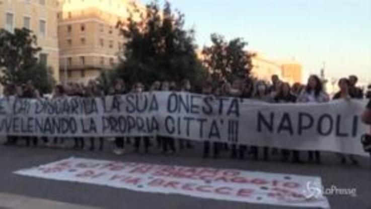 Emergenza rifiuti Napoli Est, la tensione si sposta al Comune