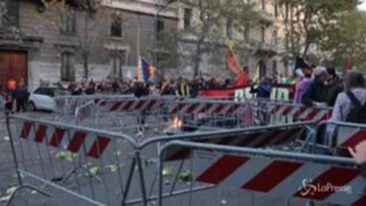 Milano, assedio al consolato turco: razzi e bombe carta durante il corteo in difesa dei curdi