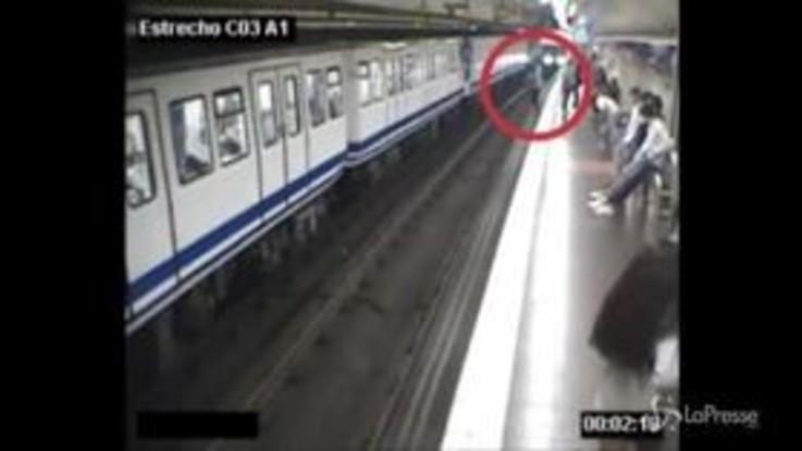 Distratta dal cellulare cade sui binari, il video pubblicato dalla metro di Madrid