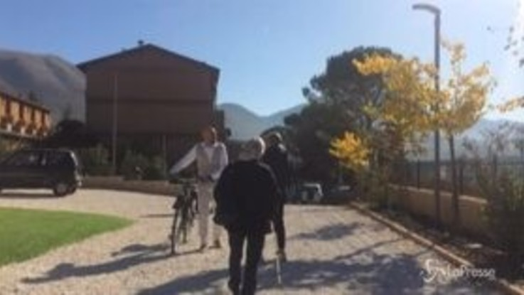Regionali Umbria, Bianconi arriva al seggio in bicicletta e vota