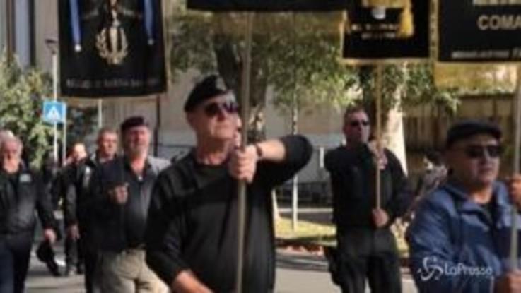 """Predappio, migliaia di fascisti alla tomba di Mussolini: spunta la maglietta """"Salvini santo subito"""""""