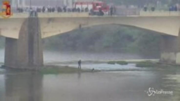 Cade nell'Arno dal Ponte delle Grazie a Firenze: è grave