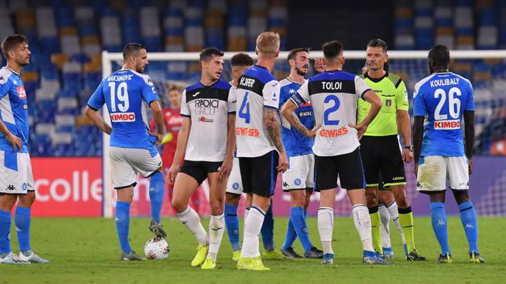Show e polemiche, Napoli-Atalanta finisce 2-2