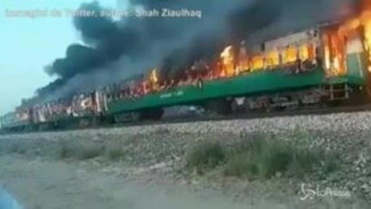 Pakistan: le terribili immagini del rogo sul treno