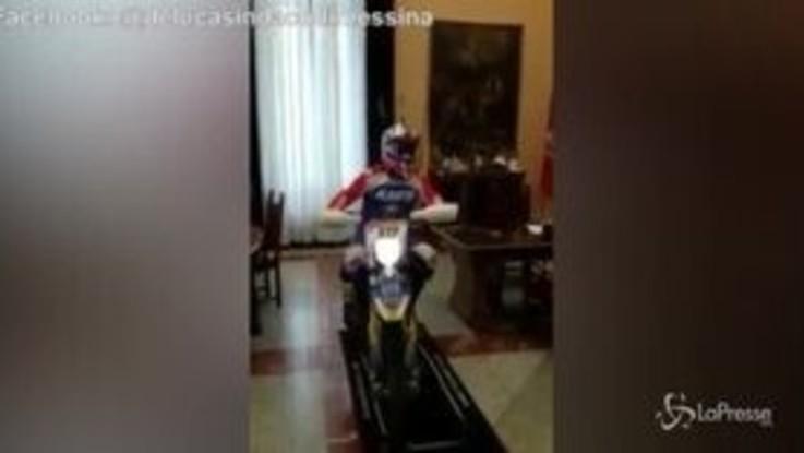 In comune con la moto da cross, il video del sindaco di Messina divide il web