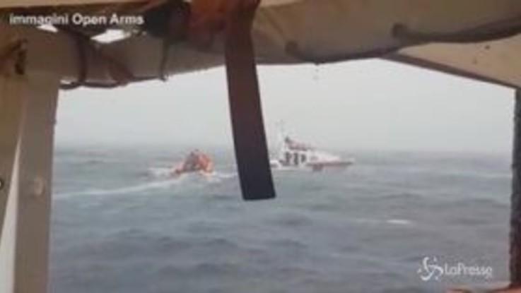 """Migranti, Open Arms: """"Persone a bordo trasbordate su motovedetta Malta"""""""