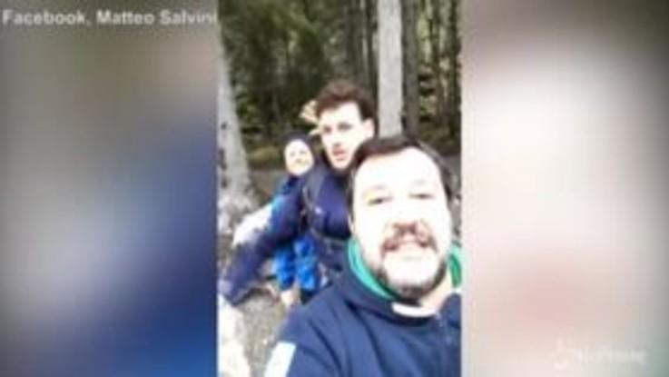 Salvini interrompe la diretta per i selfie sul fiume
