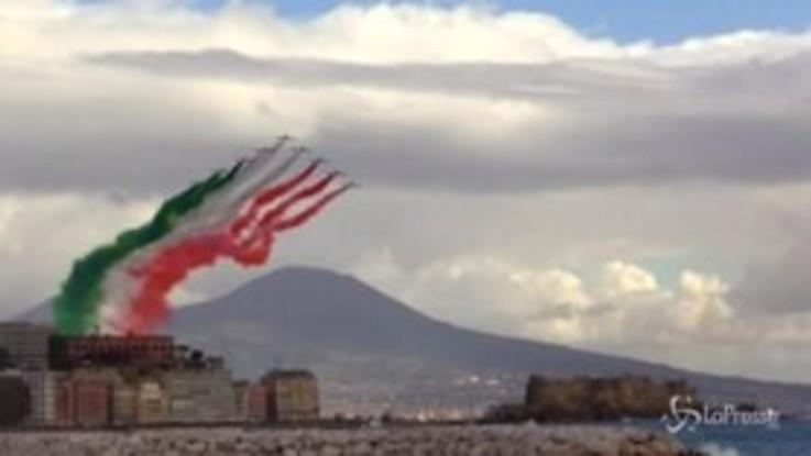 Lo spettacolo delle Frecce Tricolori sul golfo di Napoli al cospetto del presidente Mattarella